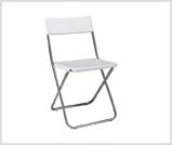 Białe krzesło składane z metalowym stelażem